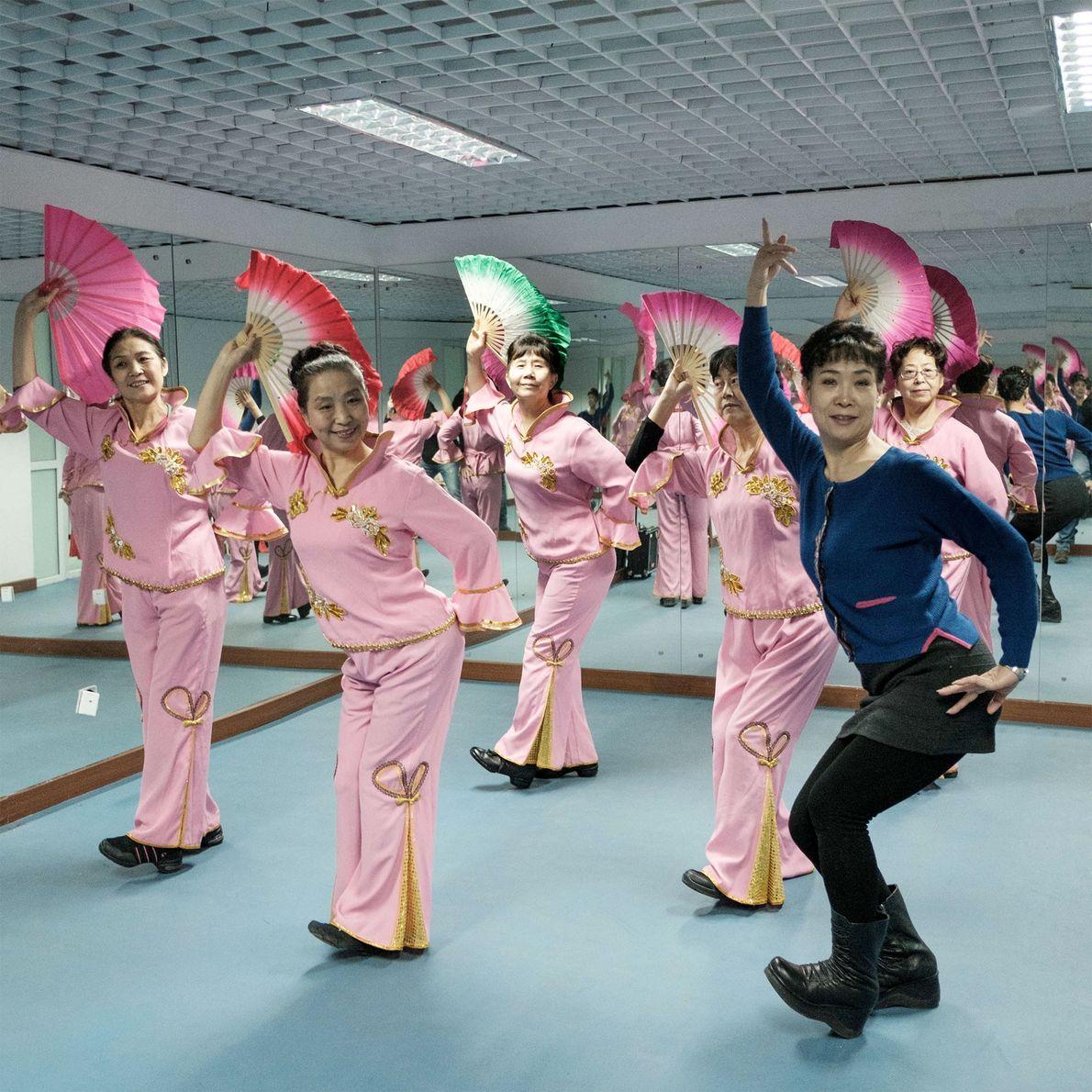 Mulheres participam de uma aula de dança folclórica chinesa em um abrigo atômico no Sindicato Cultural ...
