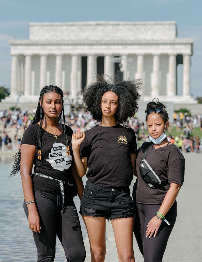 Alem Bekele, Herani Bekele e Bayza Anteneh se postam em frente ao Memorial Lincoln durante a ...