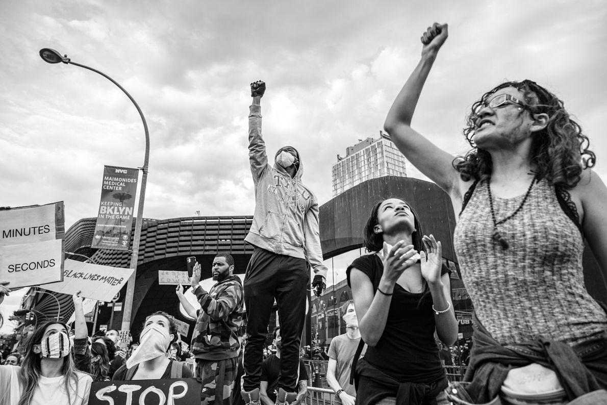 Manifestantes do movimento Vidas Negras Importam se reúnem em frente ao Barclays Center, em Nova York, ...