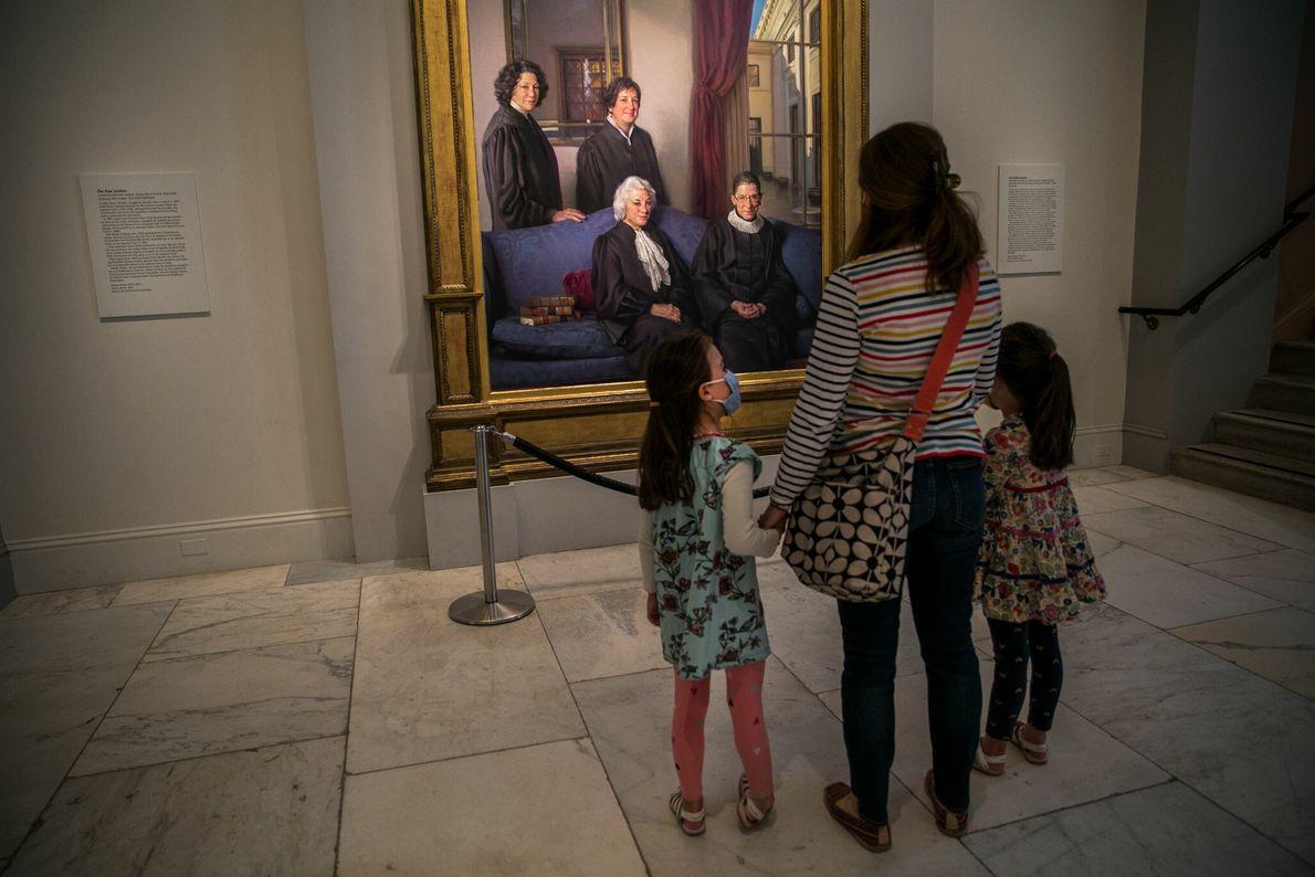Lauren Stocker e suas filhas observam o retrato das quatro juízas da Suprema Corte na Galeria ...