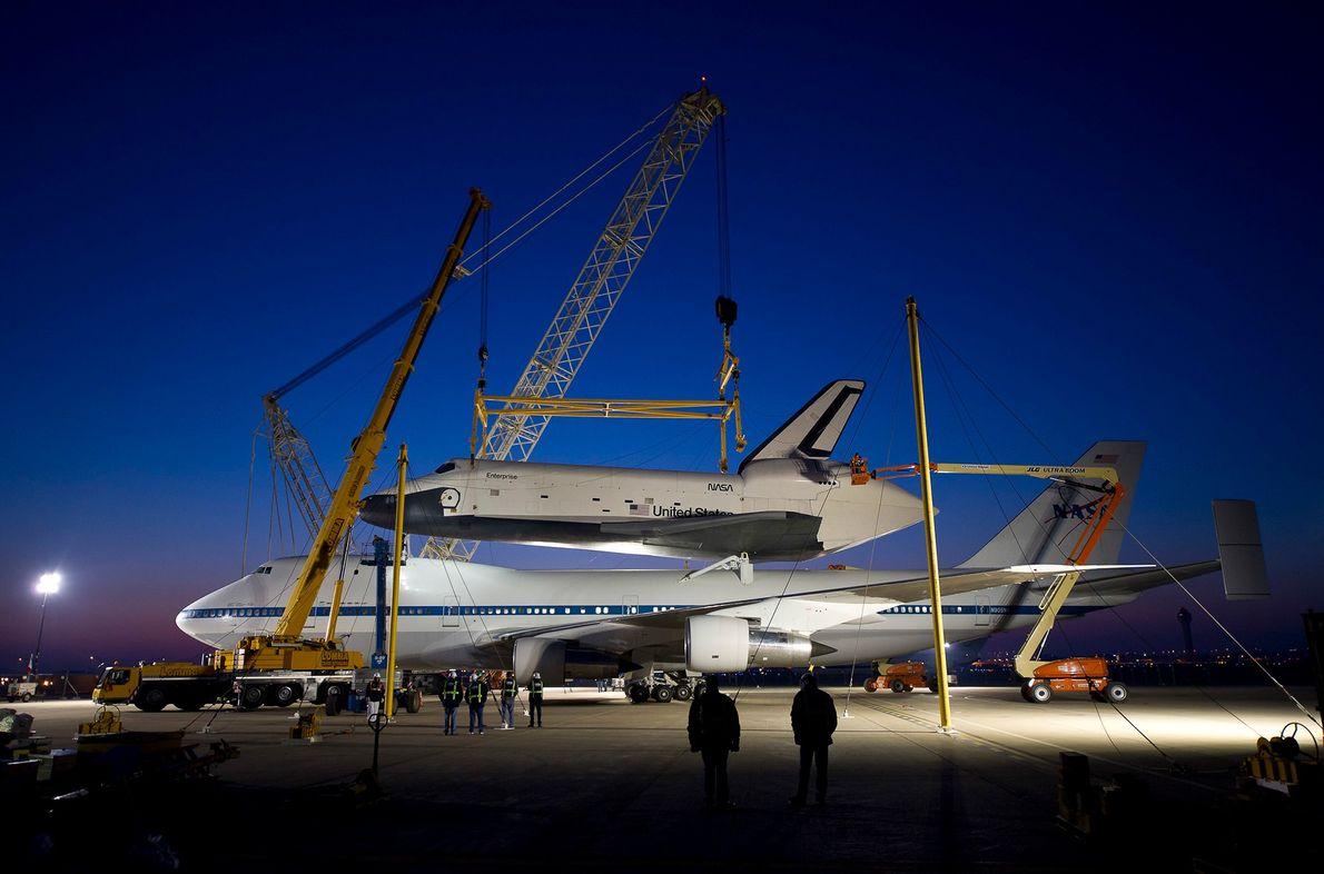 O ônibus espacial Enterprise é visto em cima da Aeronave 747 de Transporte de Ônibus Espaciais, ...