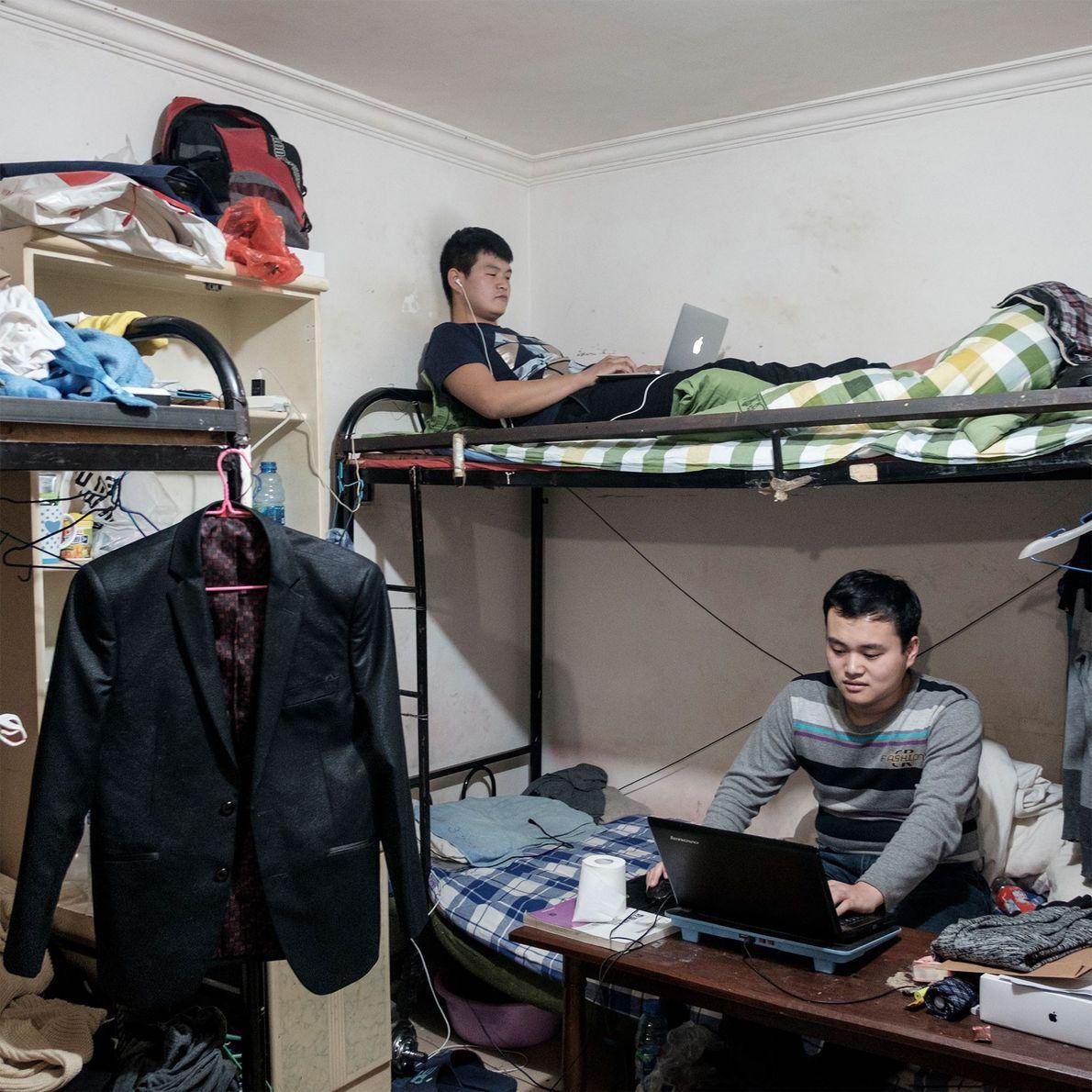 Os estudantes universitários Xian Ze e Xiao Xi, ambos de 24 anos, moram em um bunker ...