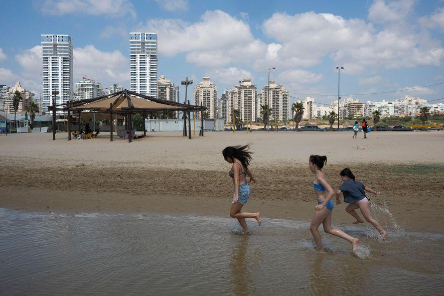 Oria Vidal, uma nativa de Israel cujos pais emigraram da França há 20 anos, brinca na ...