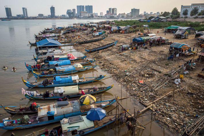 Pescadores em Chong Koh Chrog Changvar, uma comunidade de casas flutuantes do Mekong perto de Phnom ...