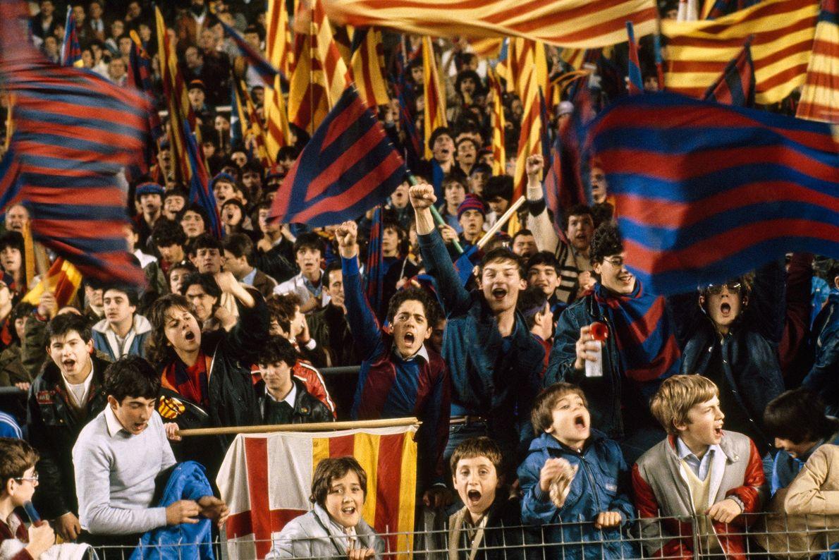 Fãs de futebol  torcem pelo Barcelona em um jogo contra Madrid na região da Catalunha ...