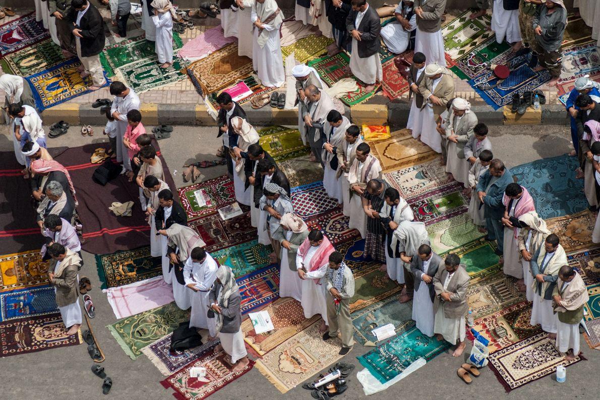 Centenas de pais, irmãos e filhos reúnem-se para as orações de sexta-feira na capital iemenita de ...