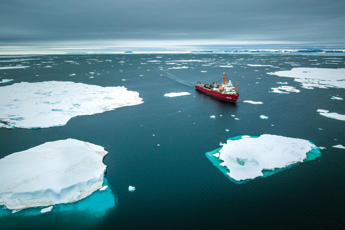O navio oceanográfico Ary Rongel, sob o comando do capitão-de-mar-e-guerra Antonio Braz de Souza, navega entre …