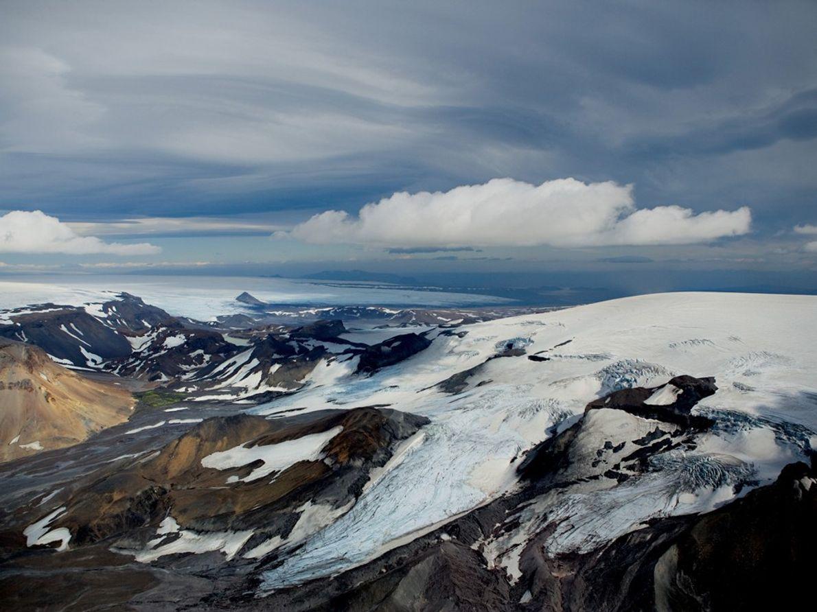 Nuvens escuras pairam sobre o gelo e a neve no oeste da Islândia.