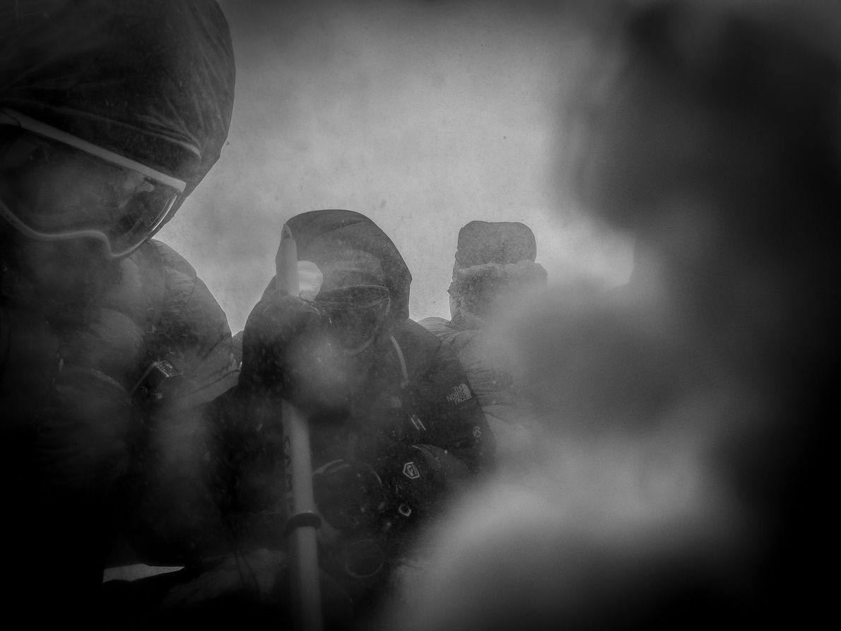 Um rápido descanso durante uma escalada ao Monte Elbrus durante um dia muito tempestuoso.