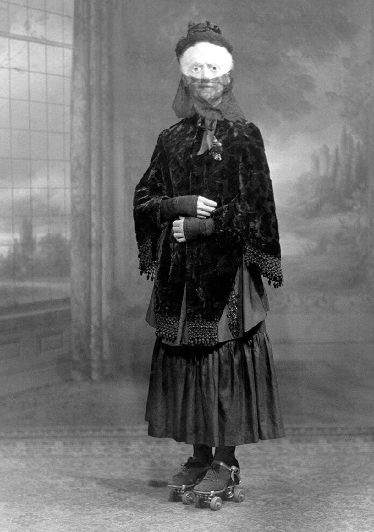 Vestida para o Halloween: uma mulher mascarada posa de patins em 1910. O adereço nos pés é ...