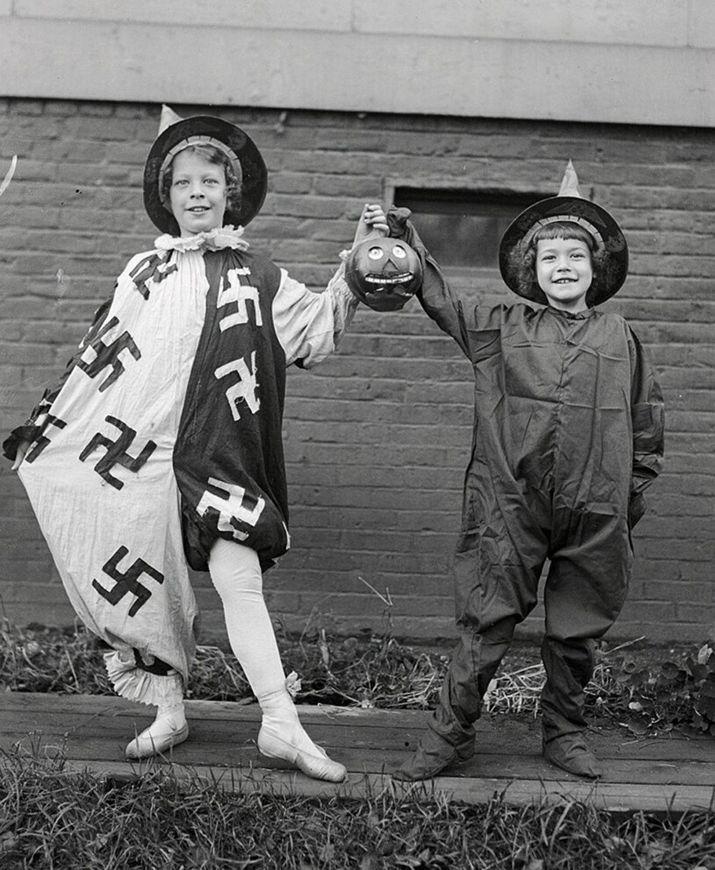 Garotas fantasiadas sorriem para a câmera em 25 de outubro de 1918, a caminho de um ...