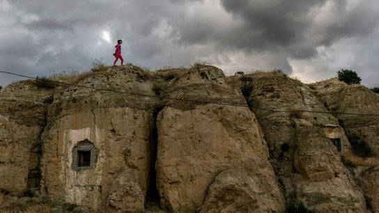 Judith, menina de 12 anos que mora em Guadix, caminha na parte de cima de uma ...