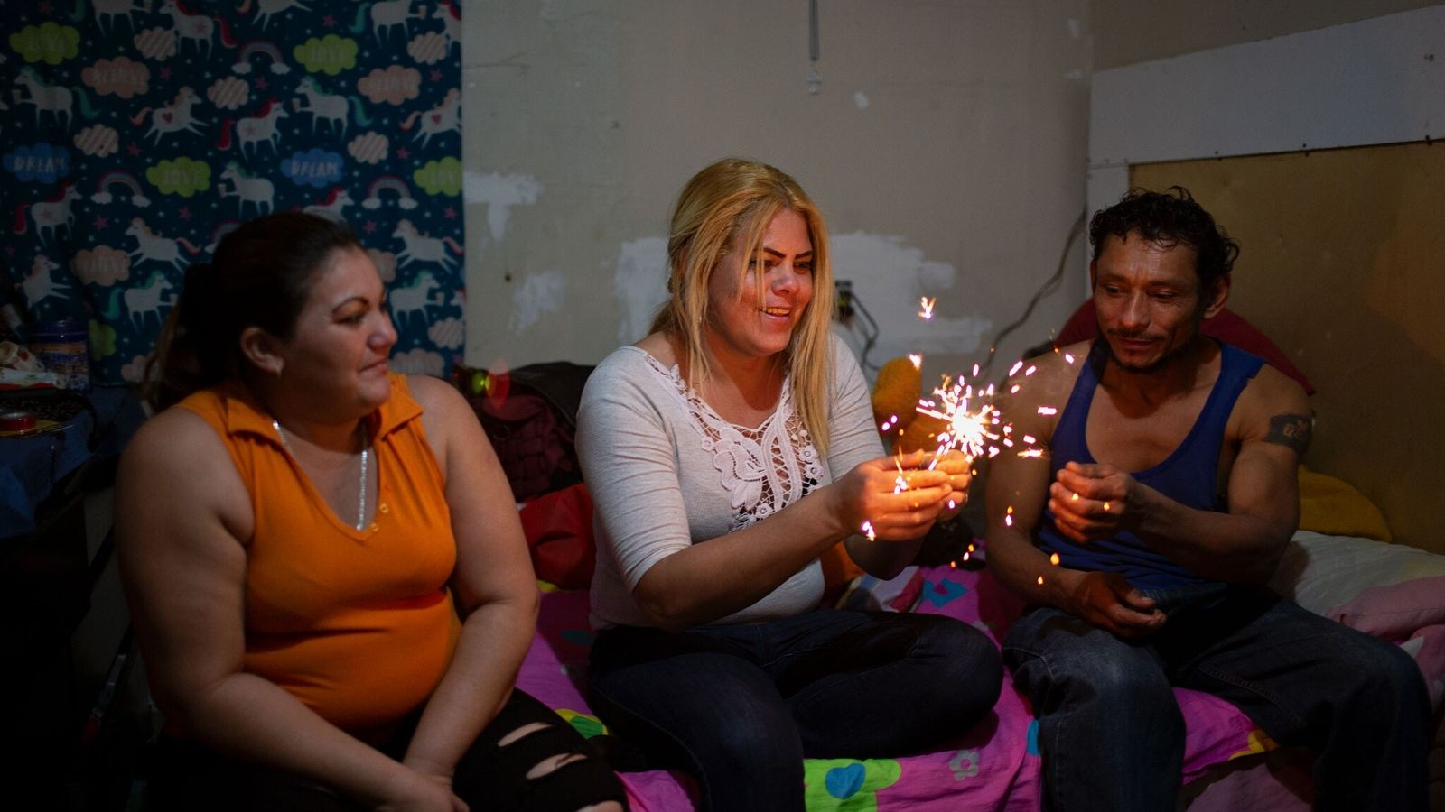 Kataleya Nativi Baca, mulher trans hondurenha que busca asilo nos Estados Unidos, celebra acendendo uma vela ...