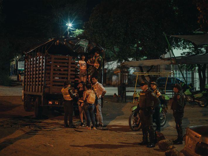 Em um local conhecido pela prostituição em Cúcuta, na Colômbia, a polícia prende venezuelanos que não ...