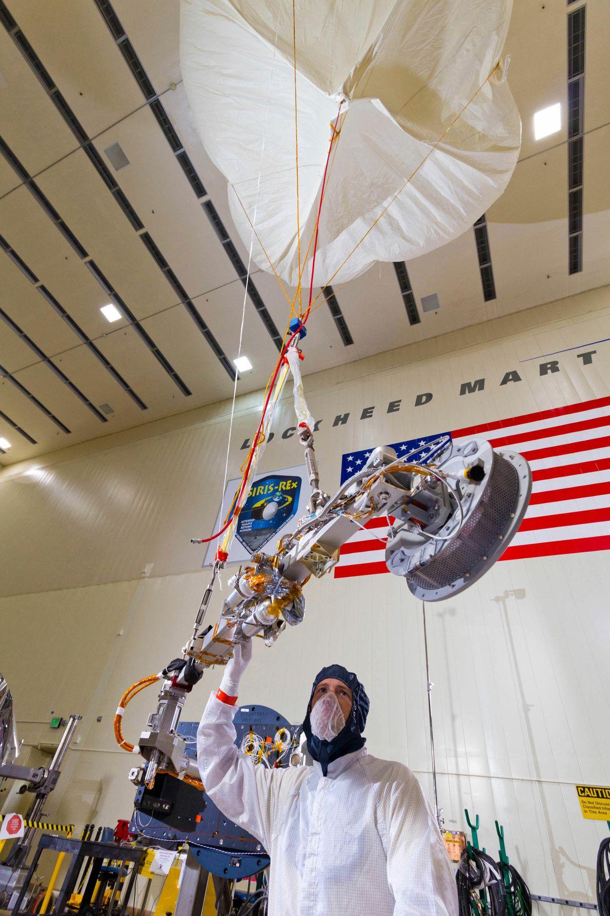Quando os engenheiros da Lockheed Martin testaram o mecanismo de coleta de amostra da Osiris-Rex, utilizaram ...