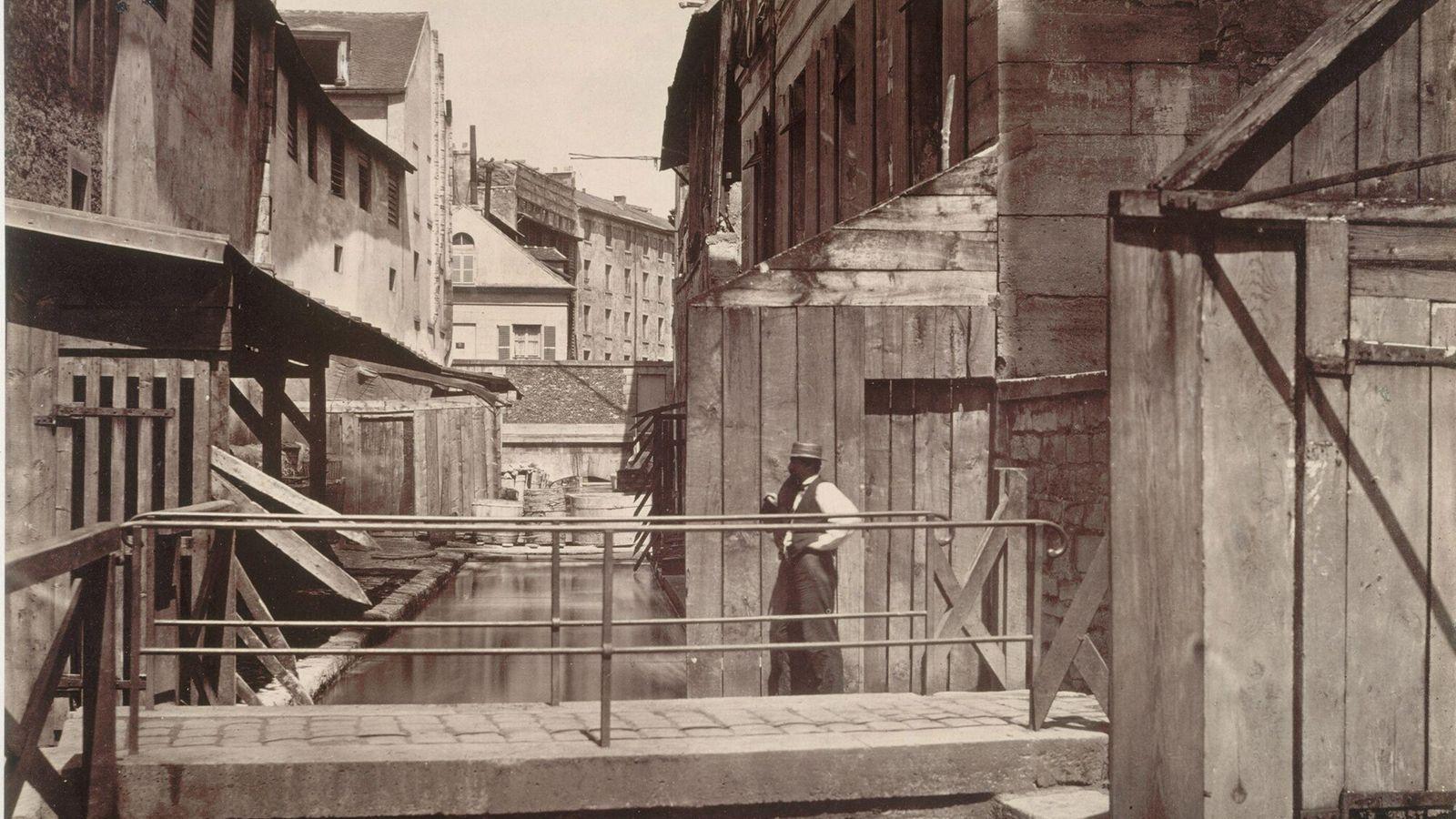 Foto tirada por volta de 1865 mostra o Bièvre e os curtumes ao longo dele, no ...