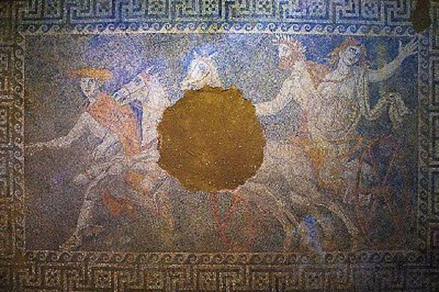 Um mosaico descoberto no ano passado dentro de uma imensa tumba repleta de mármore no antigo ...