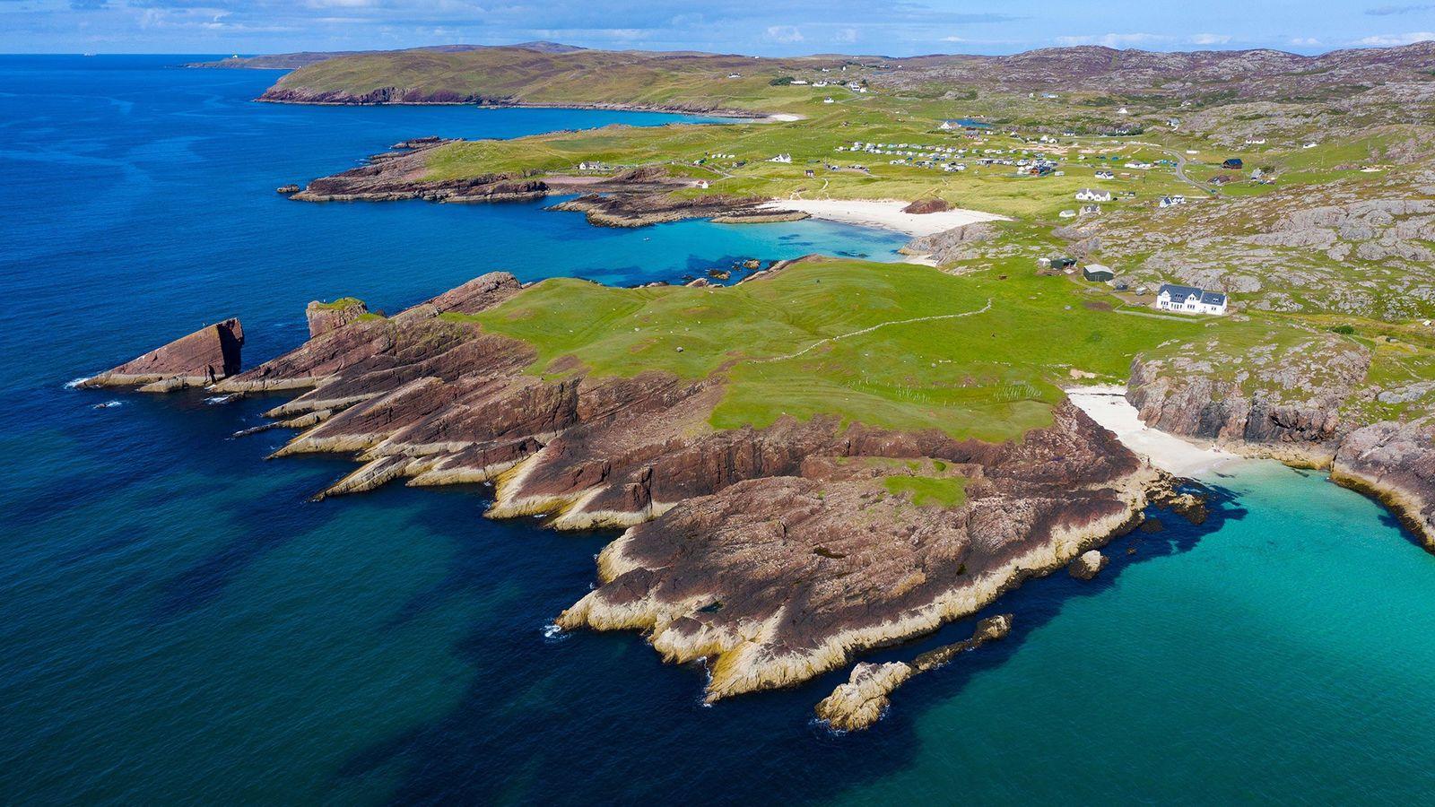Vista aérea mostra os penhascos da costa de Clachtoll, na região noroeste da Escócia. O rochedo ...