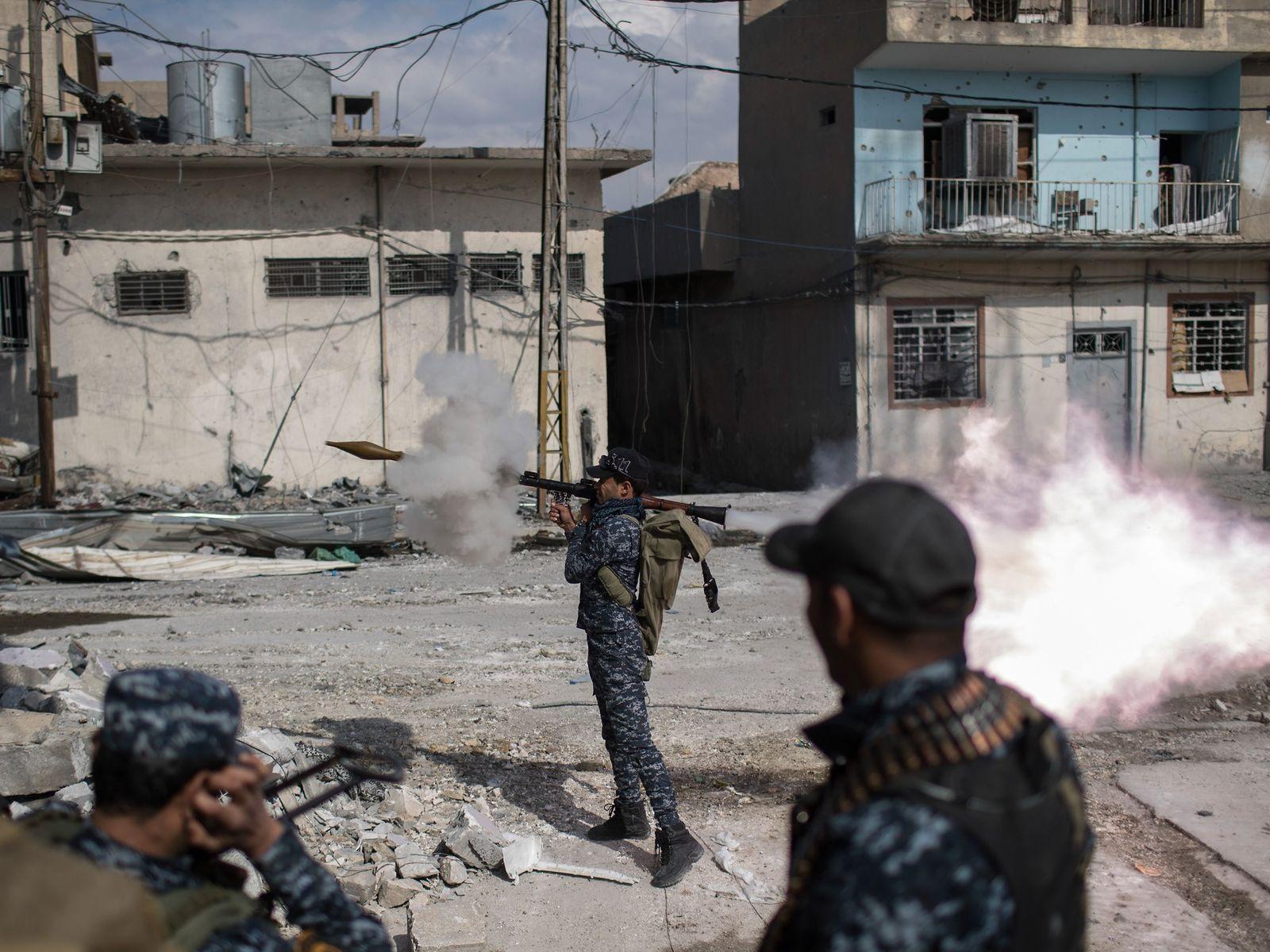 Policial Federal atira um lançador de granada contra posições do Estado Islâmico na cidade velha durante ...