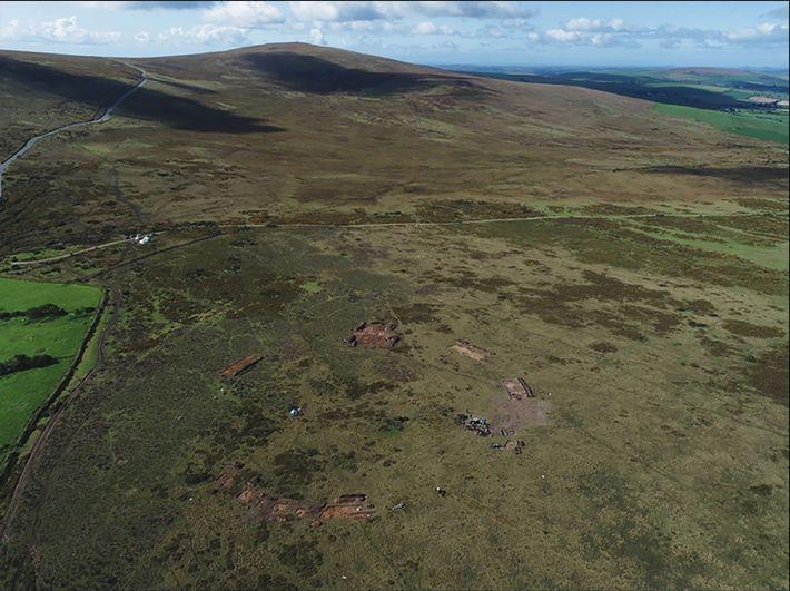 Vista do norte de Waun Mawn durante a escavação em 2018. O círculo de pedras fica ...
