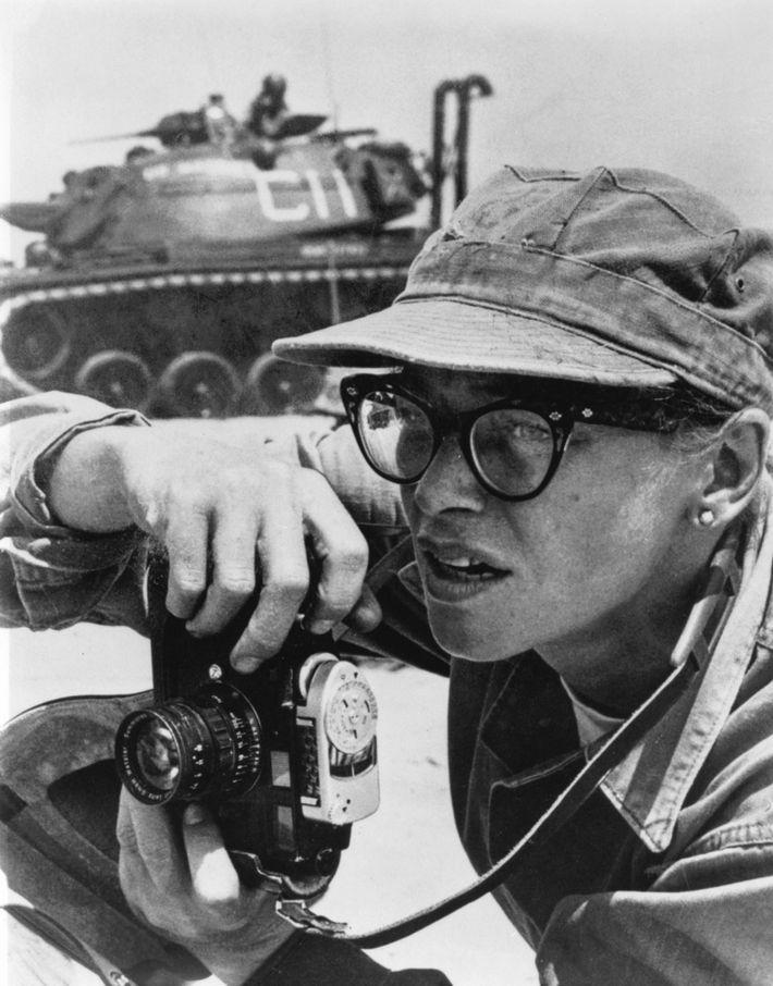 Dickey Chapelle tira uma foto durante sua cobertura da operação do Corpo de Fuzileiros na costa ...