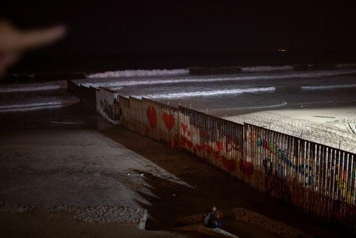 Os Estados Unidos estão tentadoramente próximos de Tijuana. Uma noite, no fim de dezembro, Kataleya estava ...