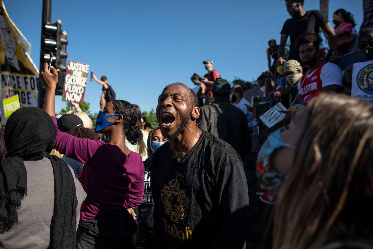 Manifestantes reunidos no entorno da 5ª Delegacia de Minneapolis, um dos pontos das manifestações de sexta-feira.