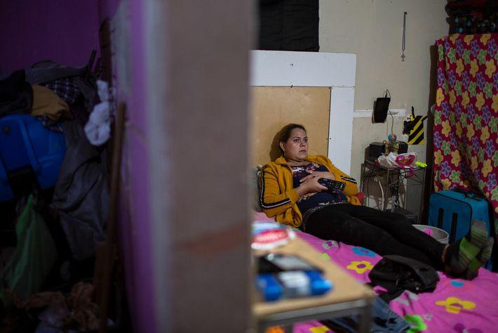 Kataleya assiste à televisão da cama. Ela diz que os longos meses de incerteza e trauma ...