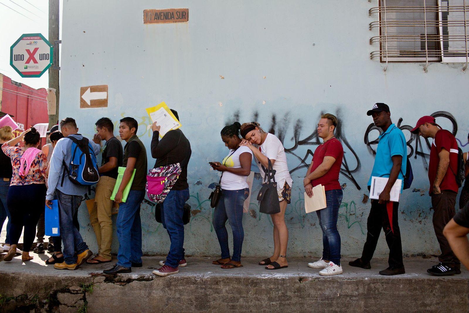 Em Tapachula, na fronteira sul do México, Kataleya, com a cabeça apoiada nos ombros da mulher ...
