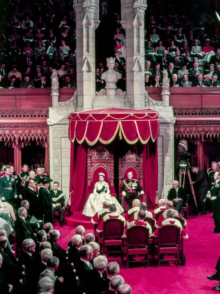 A Rainha Elizabeth II abre uma sessão do parlamento do Canadá, em Ontário, com o Príncipe ...