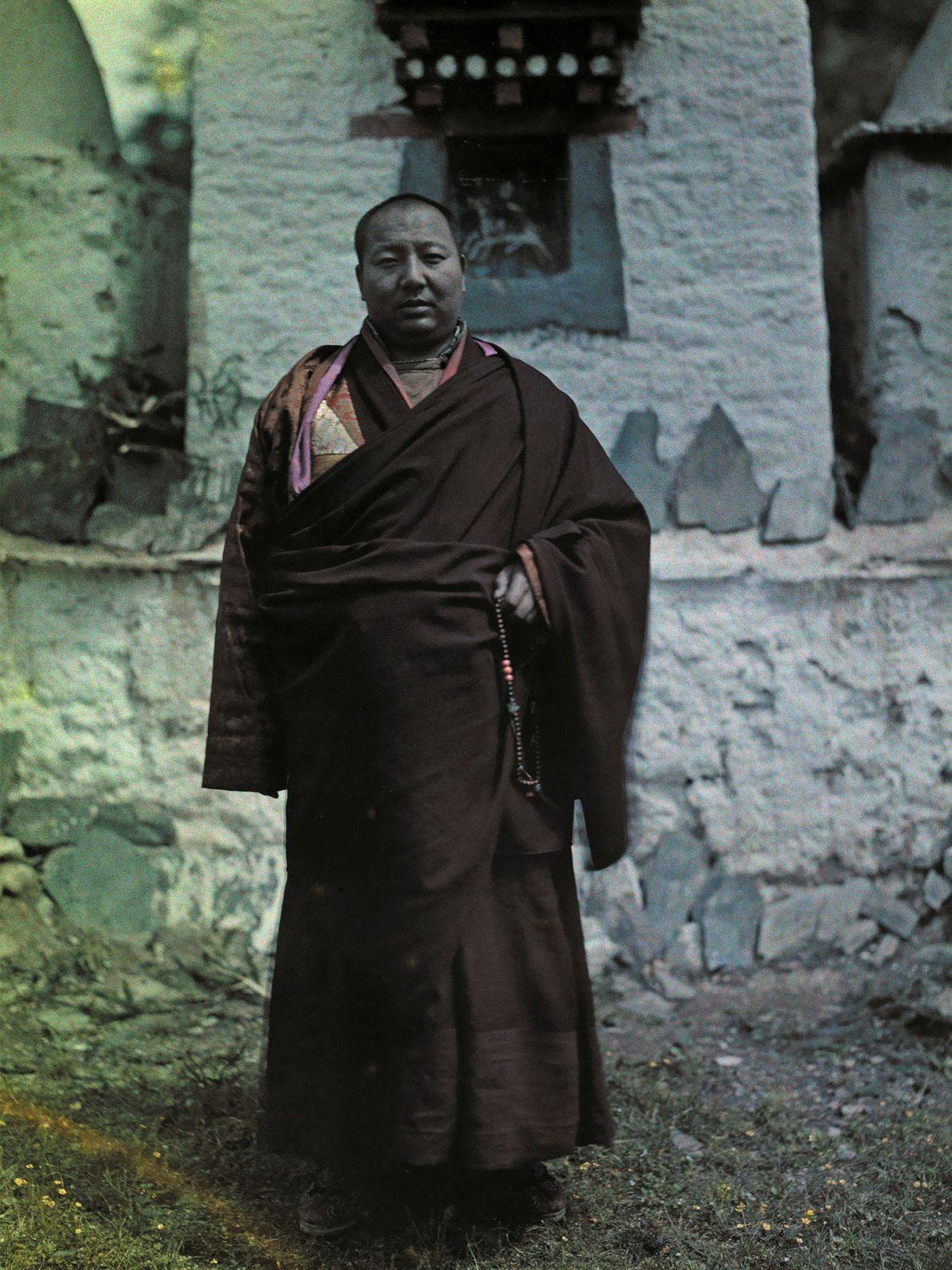 Hang Kai Huei, soberano do reino budista Gelugpa de Muli, posa em frente a uma chaminé ...