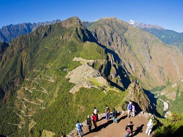 O pico de Huayna Picchu, também conhecido como Wayna Picchu, dá aos visitantes uma visão panorâmica ...