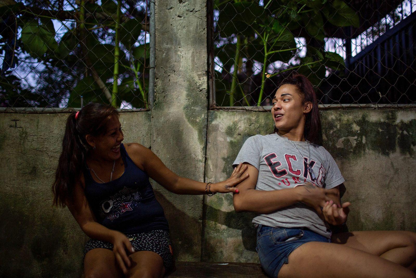 Alexa (à direita) ri com Maria Fidelina Cañados Claros, também migrante de Honduras.
