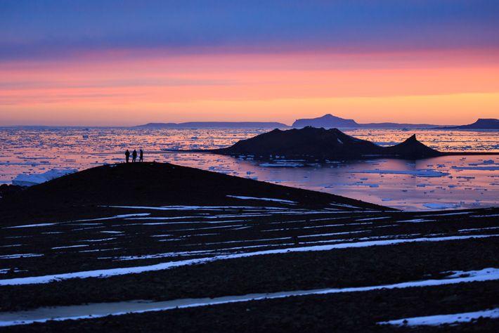 Pesquisadores brasileiros observam o pôr do sol da Antártida. Em meados de fevereiro de 2020, a ...