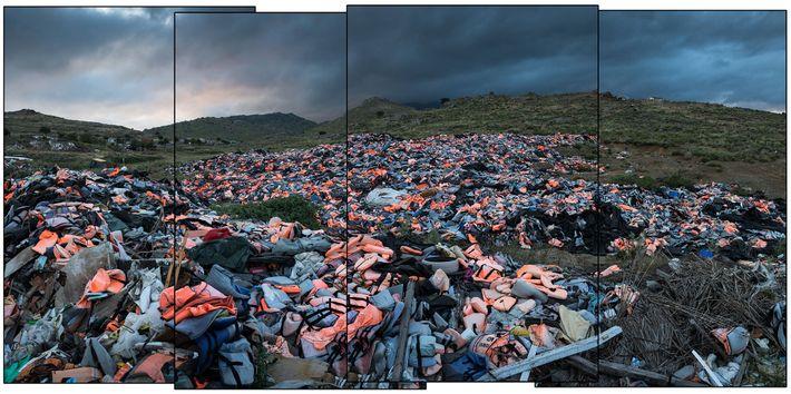 Milhares de coletes salva-vidas deixados para trás pelos migrantes que chegaram estão amontoados em um local ...