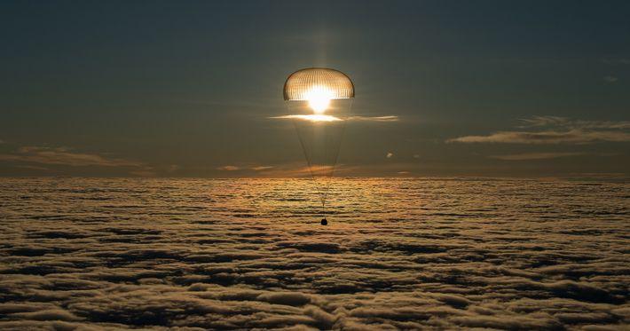 Transportando três viajantes espaciais para casa da ISS, a nave espacial Soyuz MS-06 pousa perto de ...