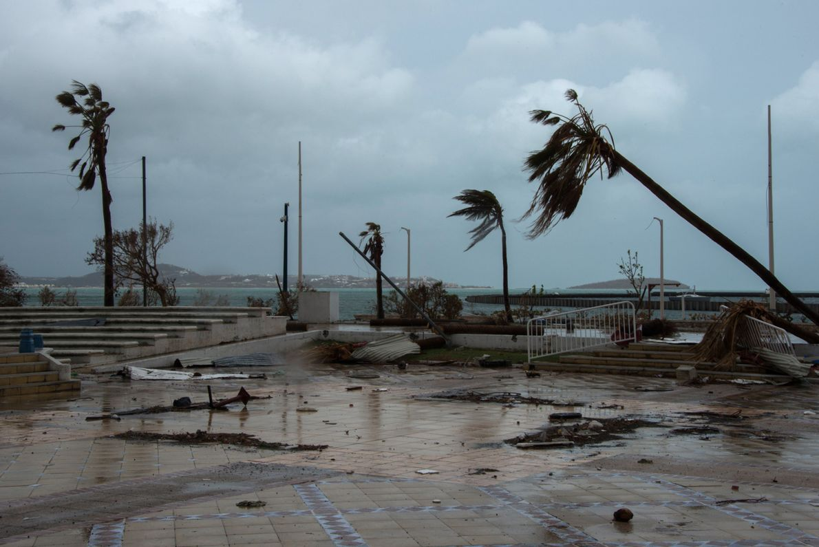 Rastros de destruição em rua em Marigot, na ilha francesa de São Martin.