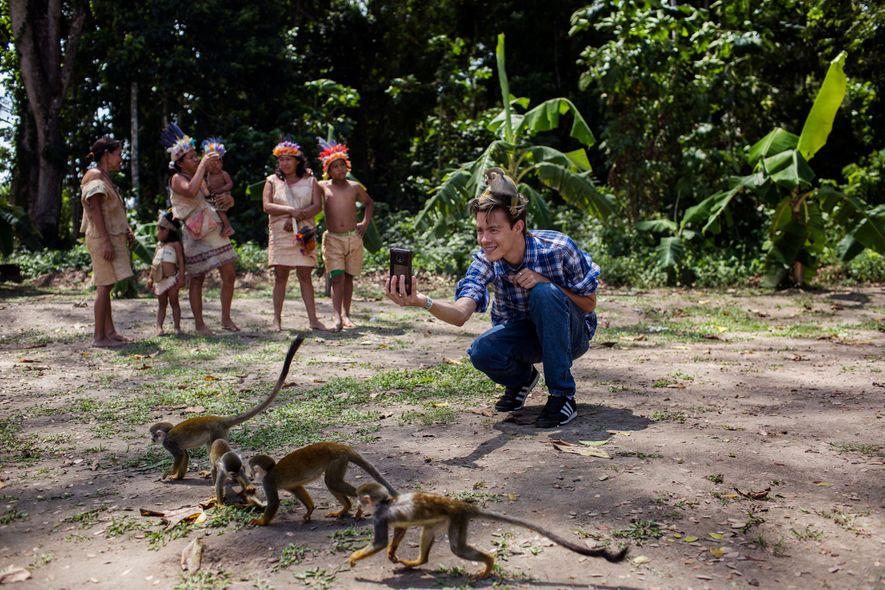 Alejandro Diaz tira uma foto na Ilha dos Micos ou dos Macacos, na Colômbia. Atrás dele, ...