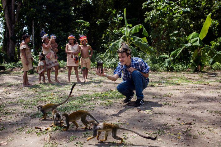 """Um jovem tira uma foto na Ilha dos Macacos, na Amazônia colombiana. """"Safáris de selfie"""" –nos ..."""
