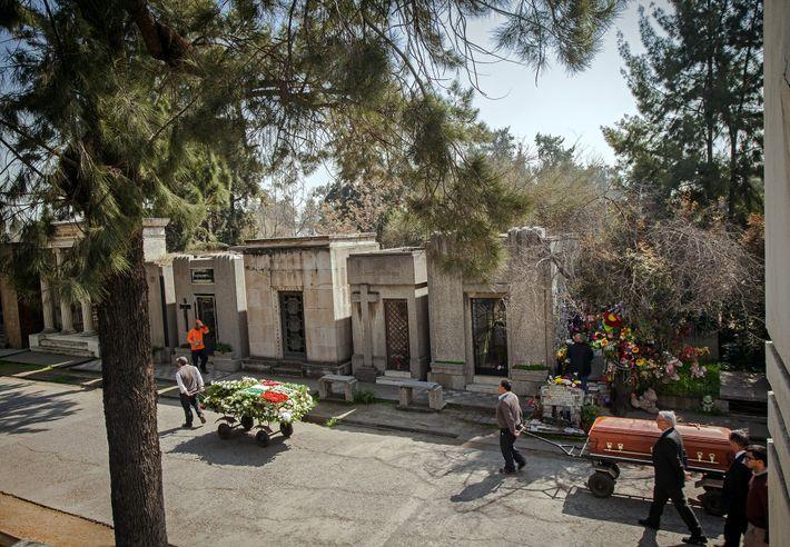 Cortejo fúnebre no Cemitério Geral, em Santiago, Chile. A dificuldade que o país tem de enfrentar ...