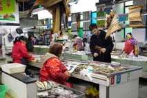 O chef de cozinha capixaba Victor Vieira passeia pelo mercado de frutos do mar em Xangai. ...