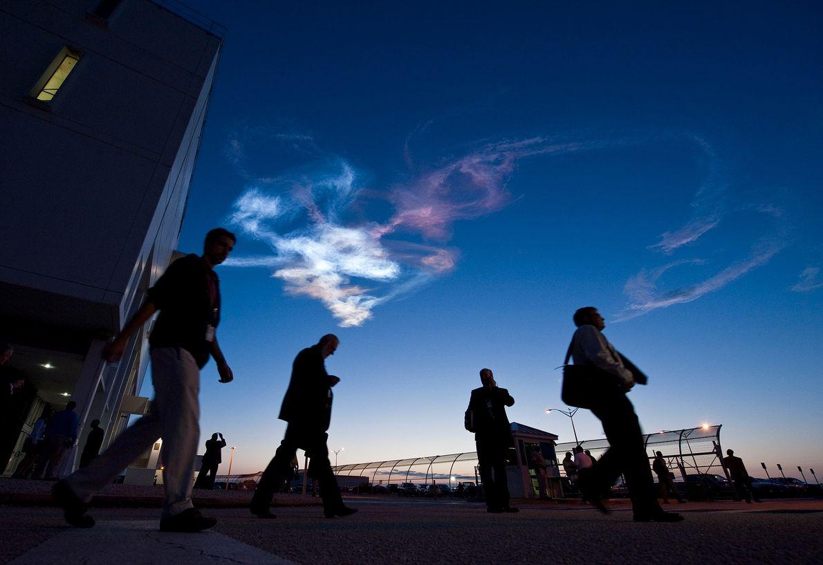 Trabalhadores saindo do Centro de Controle de Lançamento, em Cabo Canaveral, Flórida, após o lançamento do ...
