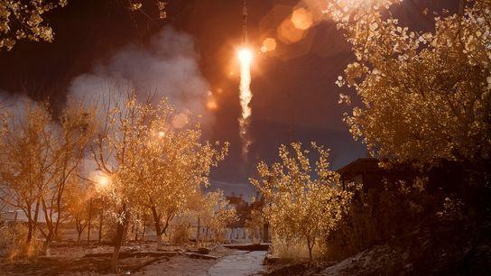 Nessa imagem em infravermelho com falsa-cor, vê-se a espaçonave Soyuz MS-10 sendo lançada do Cosmódromo de ...