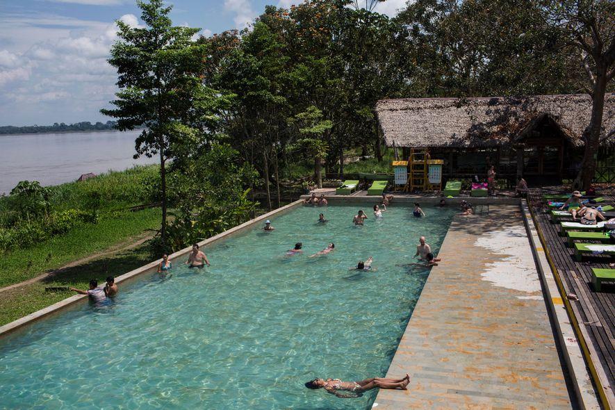 Hóspedes do hotel On Vacation Amazon se refrescam em piscina. O resort hospeda cerca de 2 ...