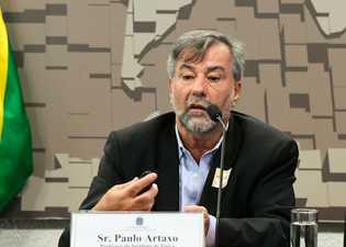 foto do professor paulo artaxo discursando em comissão do Senado Federal