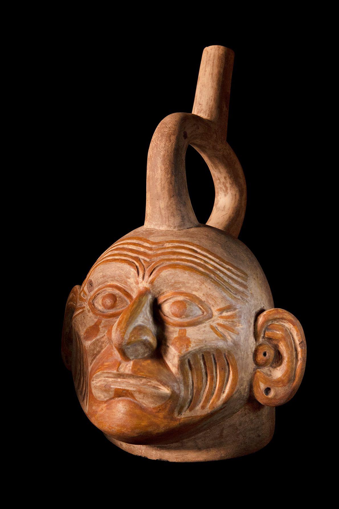 Jarro esculpido da cultura moche (100-700 d.C.) encontrado nos Andes Centrais, atual Peru. A peça mostra ...