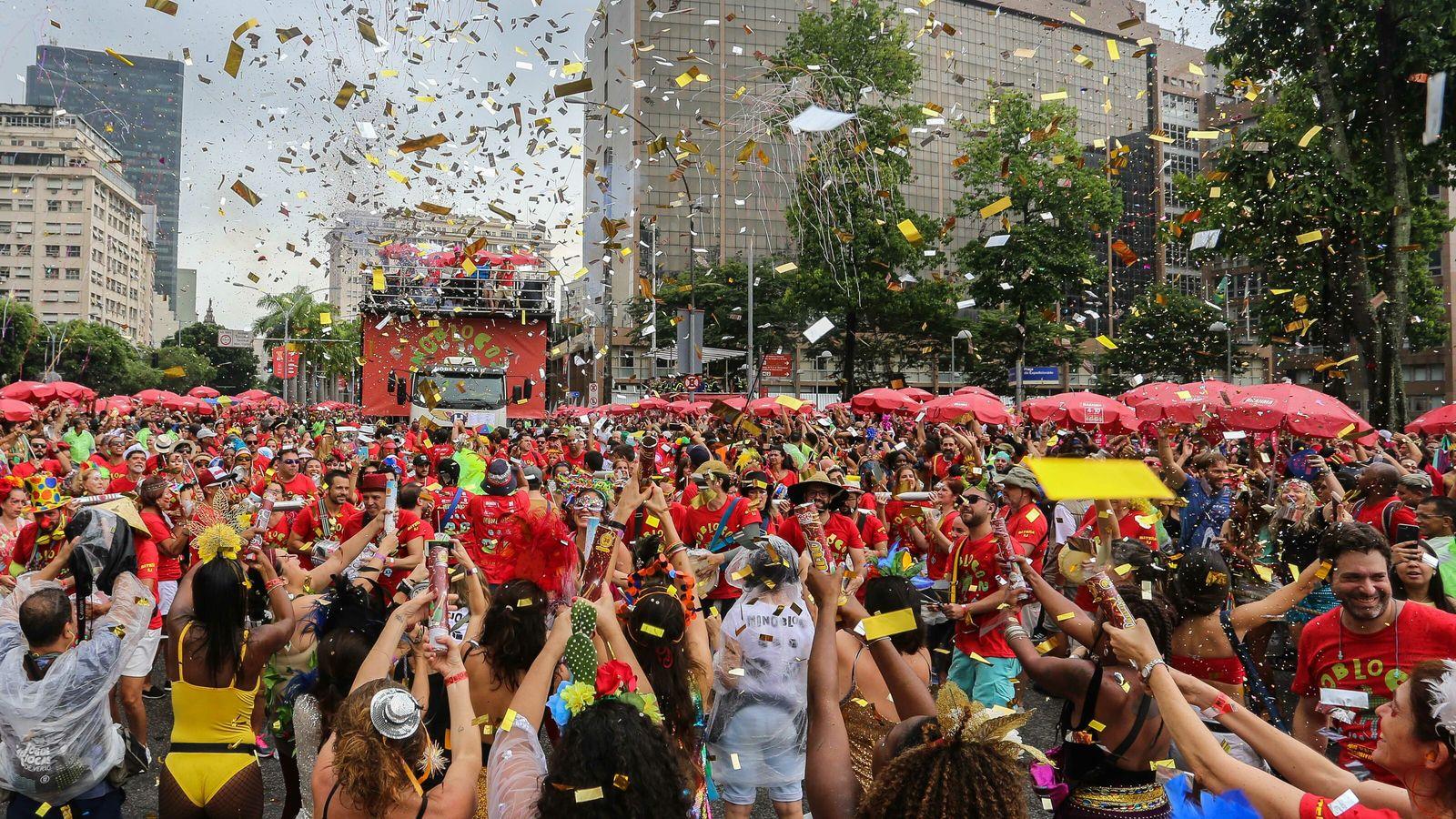 Foliões no carnaval de rua do Rio de Janeiro em 2020, pouco antes da pandemia de ...