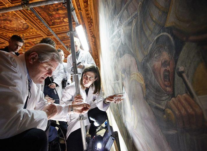 """Cientistas usam ferramenta para """"olhar"""" por trás do mural."""