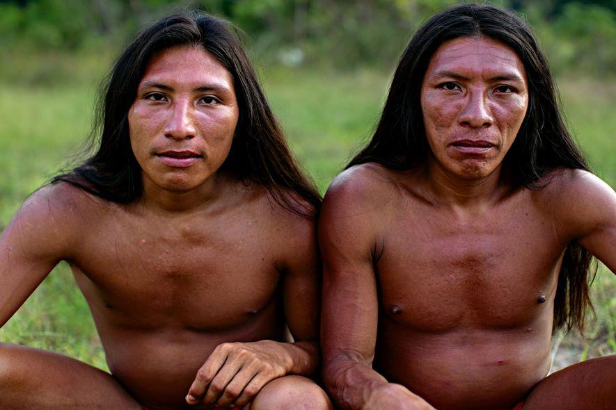 Filhos do cacique Piriri, os irmãos Apã e Japaita são responsáveis pela caça e pela pesca do grupo de 15 pessoas da aldeia Mukuru.