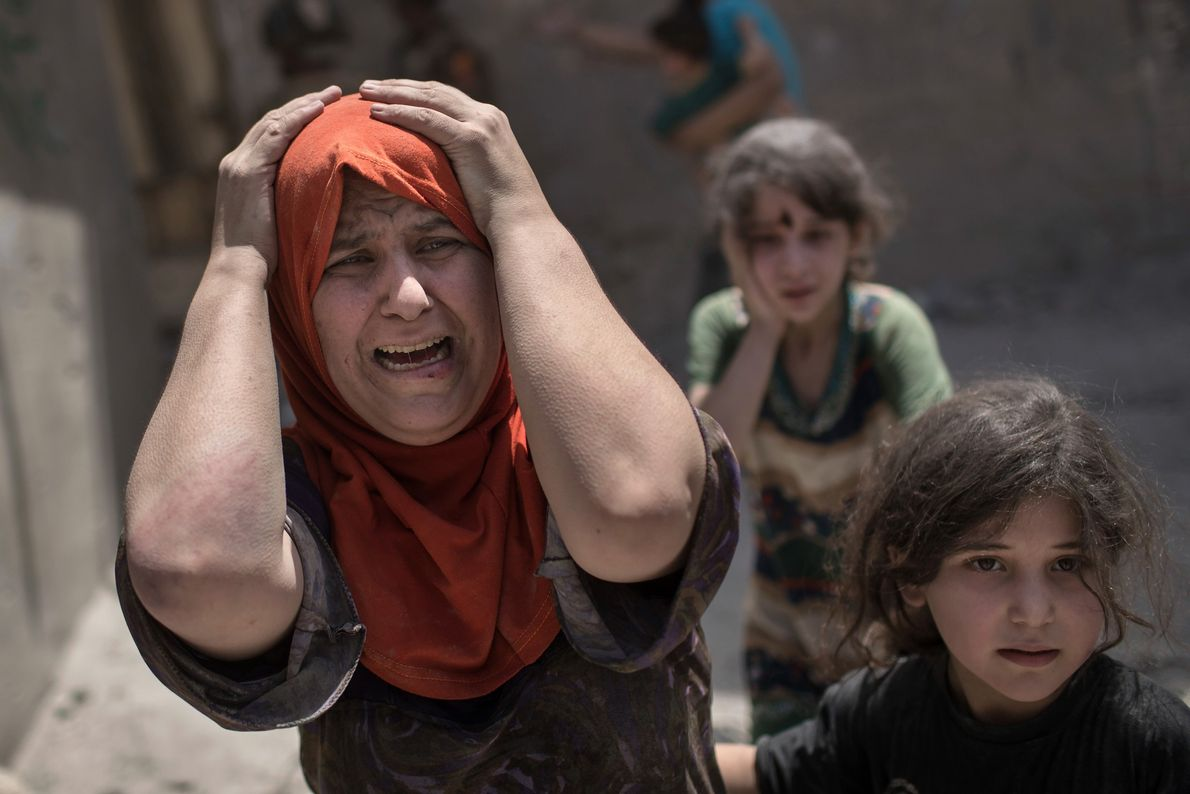 Mulher se desespera enquanto as forças especiais iraquianas continuam a avançar contra o Estado Islâmico em ...